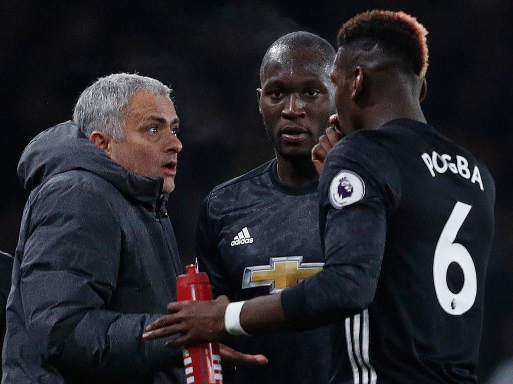 José Mourinho, Paul Pogba e Lukaku em conversa durante jogo do Manchester United. (Foto: Getty Images)