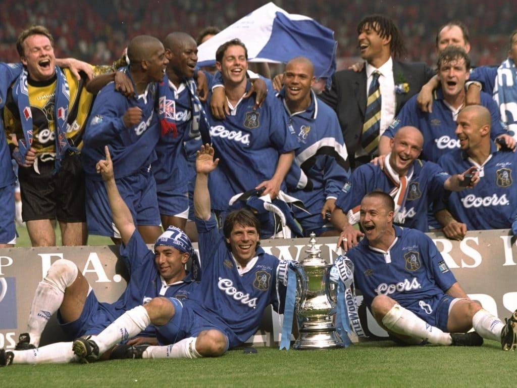 Chelsea comemorando sob o comando de Ruud Gullit o título da FA Cup da temporada 96/97. (Foto: Getty Images)