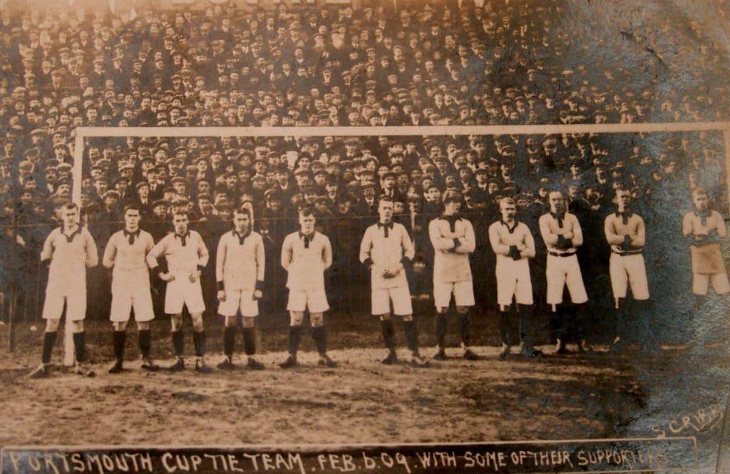 Perfilado o time do Portsmouth do ano de 1909 antes de partida contra o Sheffield Wednesday (Fonte: PompeyVoices)