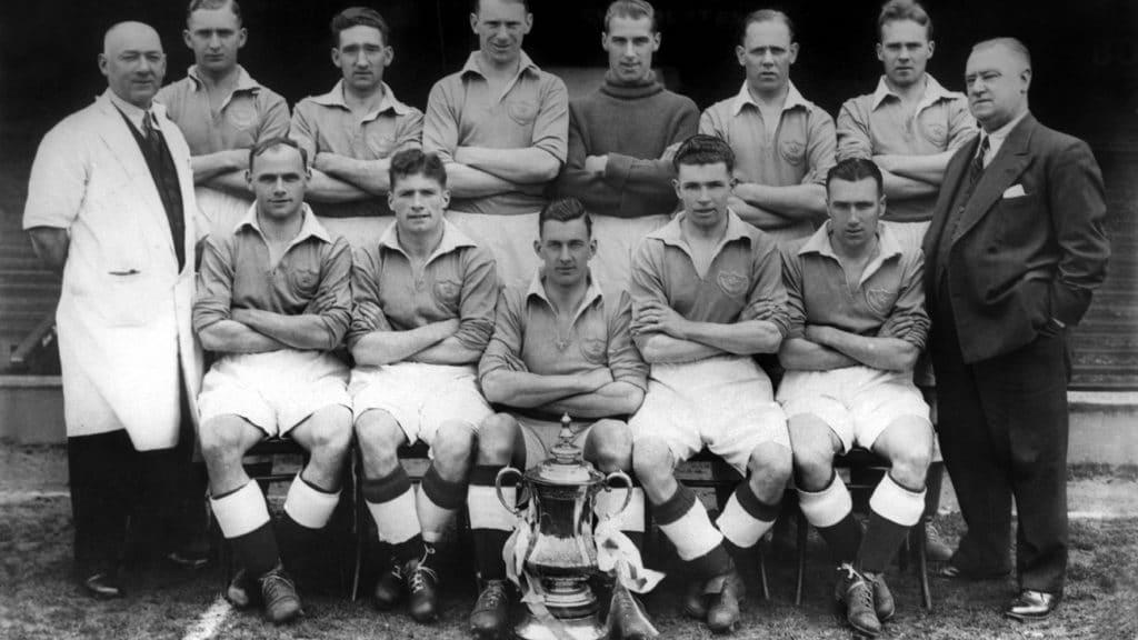 Time do Portsmouth posando para foto com a taça da FA Cup, conquistada em 1939. (Foto: Portsmouth FC)