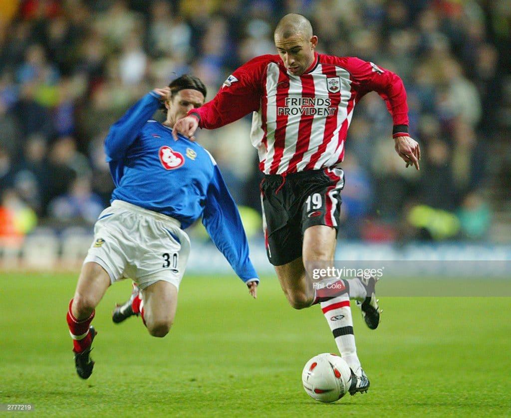 Danny Higginbotham (Saints) e Alexei Smertin (Pompey) em partida válida pela Copa da Liga em 2003. (Foto: Phil Cole/Getty Images)