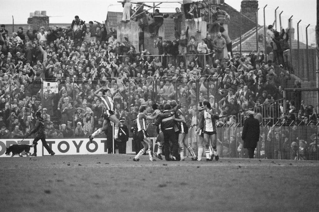 Jogadores do Southampton comemorando em jogo contra o Portsmouth. A partida era válida pela FA Cup em 1984 (Foto: GettyImages)