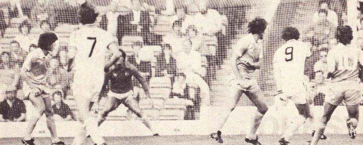 Peter Withe chutando para marcar um de seus muitos gols pelo Aston Villa em uma partida disputada contra o Manchester City (Foto: City Magazine)