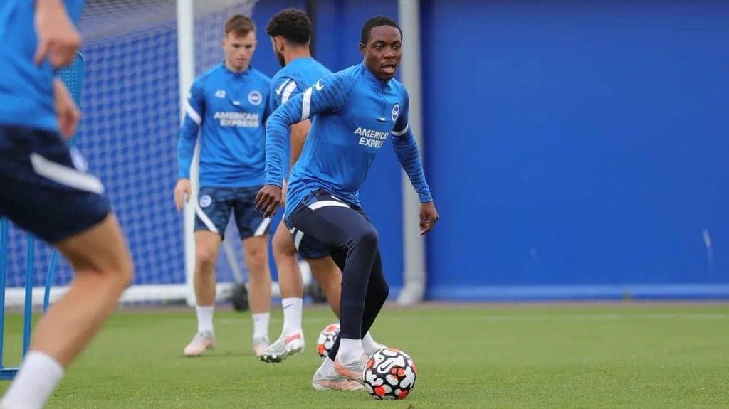 Enock Mwepu treinando pelo Brighton